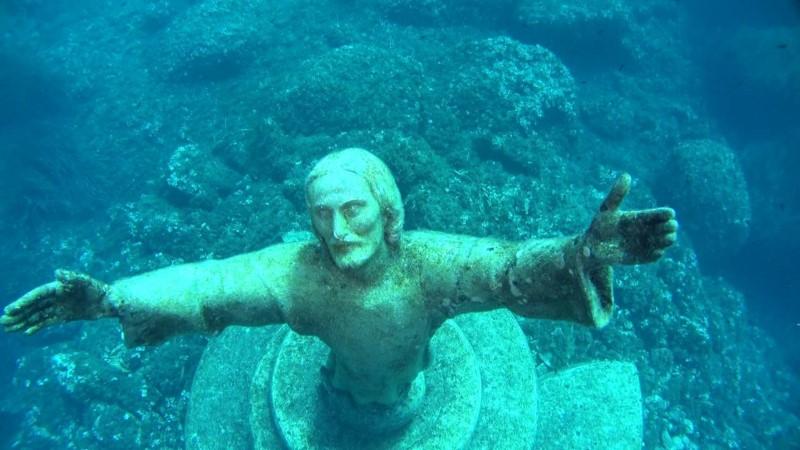 statue sotto il mare