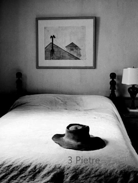 cappello sul letto